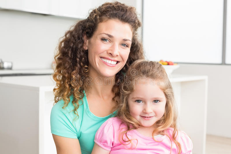 Madre felice e figlia che esaminano macchina fotografica immagini stock libere da diritti
