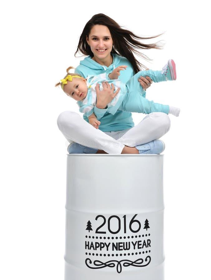 Madre felice e neonata che si siedono sul grande rotolo di barilotto con chris fotografia stock