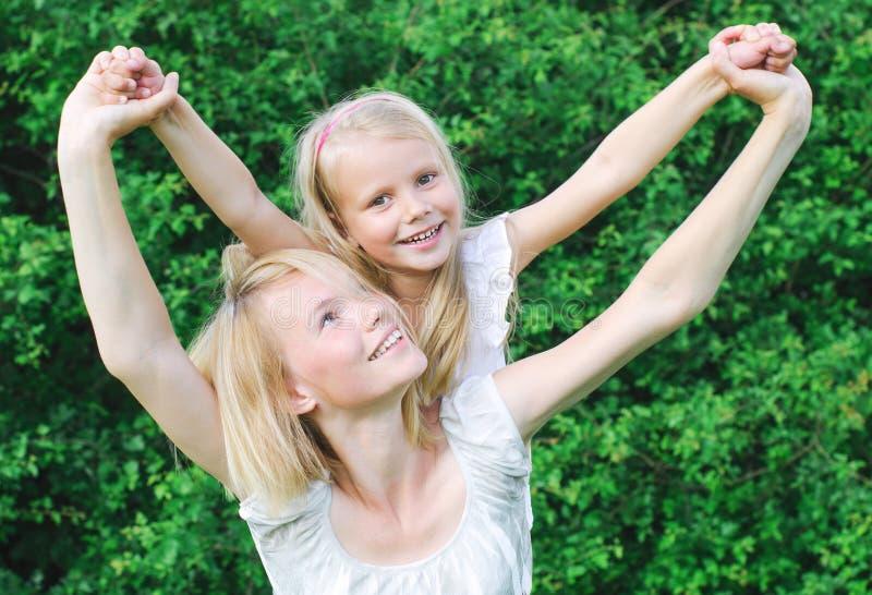Madre felice e sua figlia fotografia stock