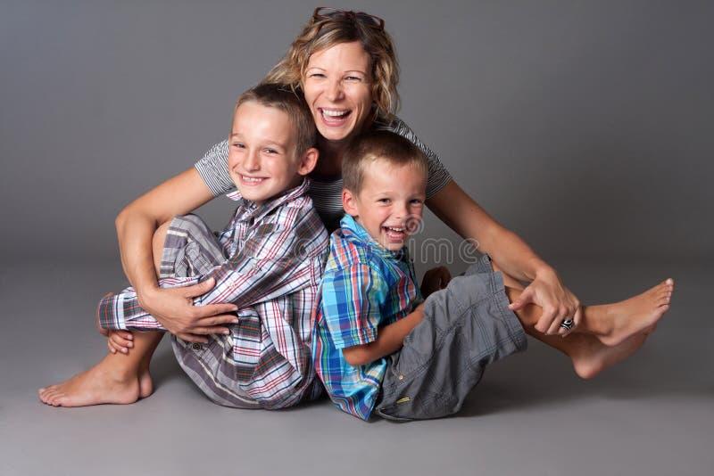 Madre feliz con dos muchachos fotos de archivo