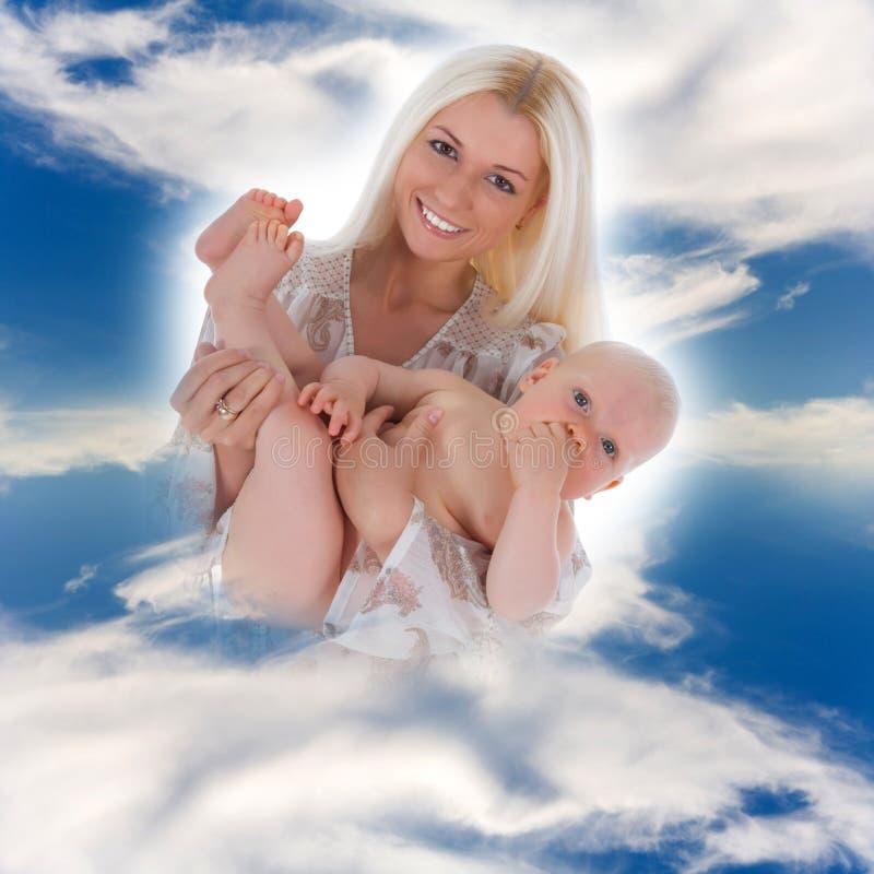 Madre feliz con el bebé foto de archivo
