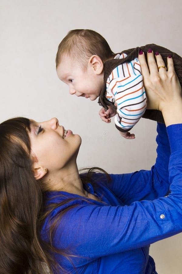 Madre feliz con el bebé foto de archivo libre de regalías