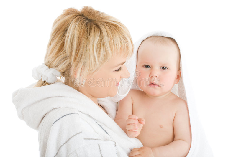 Madre feliz con el bebé después del baño imagen de archivo