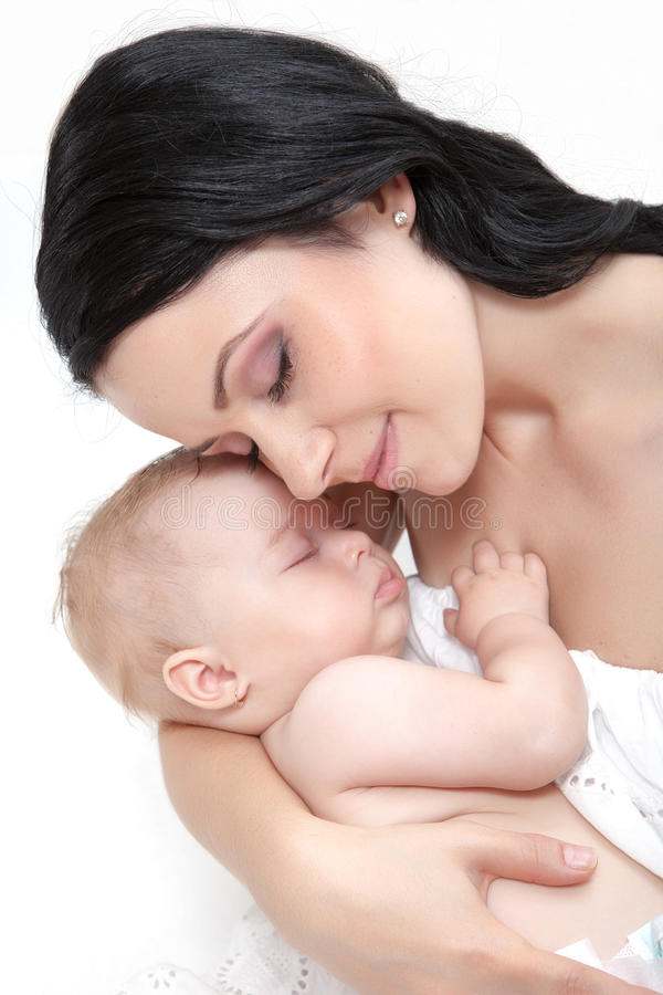 Madre feliz con el bebé sobre blanco imagenes de archivo