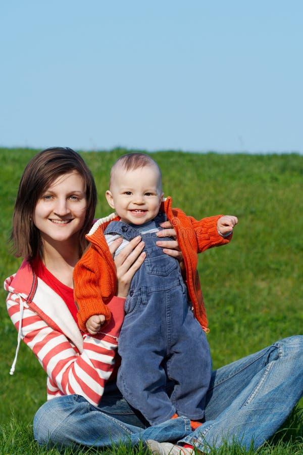 Madre Feliz Con El Hijo Imagen de archivo
