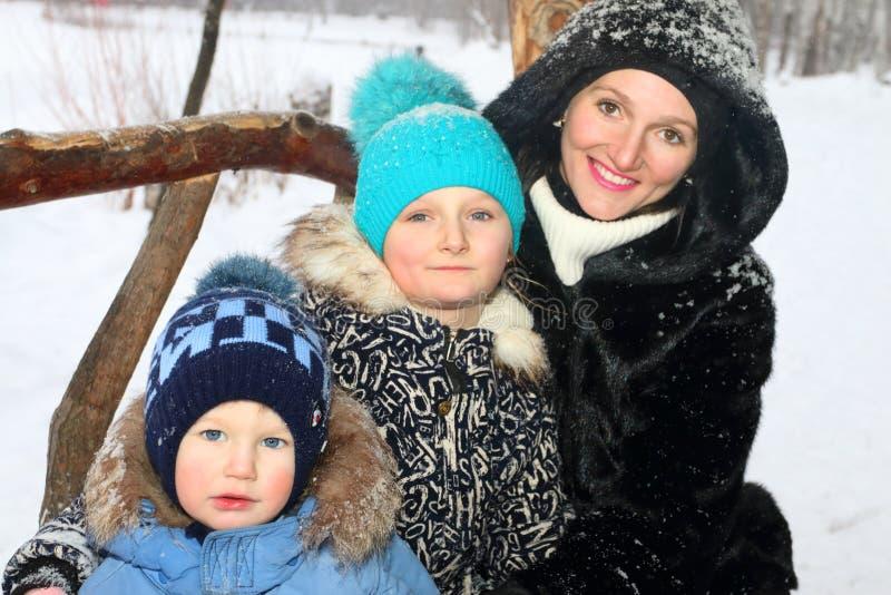 Madre feliz con el hijo, sonrisa de la hija en día de invierno imágenes de archivo libres de regalías