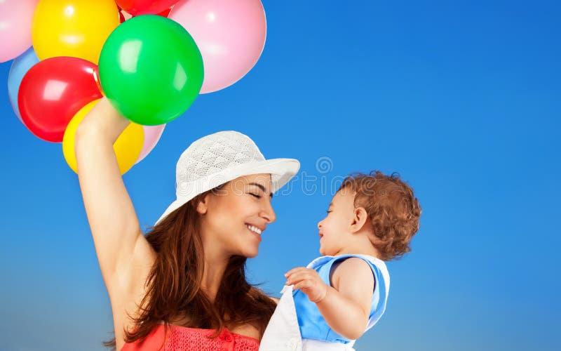 Madre feliz con el pequeño hijo foto de archivo