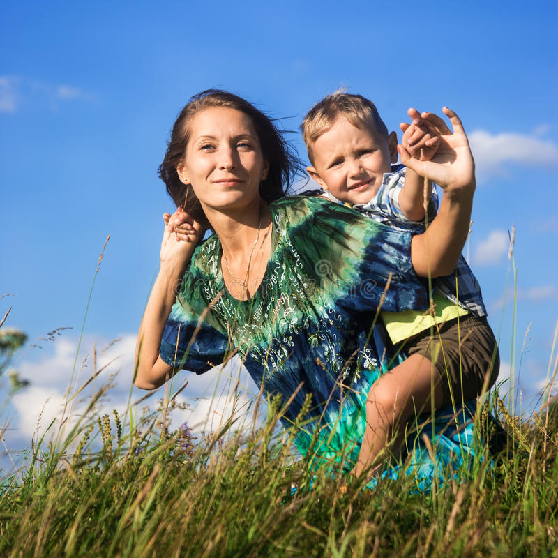 Madre feliz con el pequeño hijo al aire libre imágenes de archivo libres de regalías
