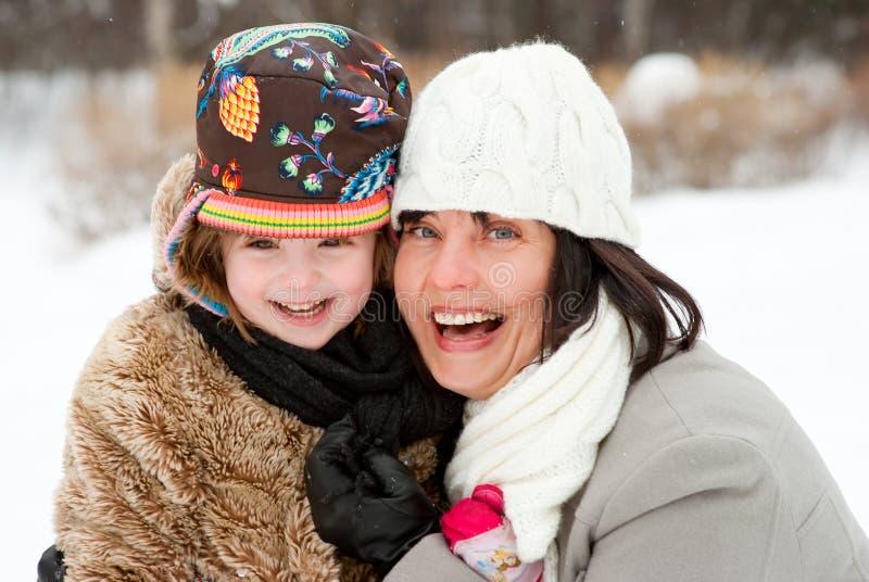 Madre feliz con la hija fotos de archivo