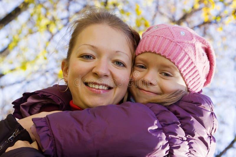 Madre feliz con la hija foto de archivo