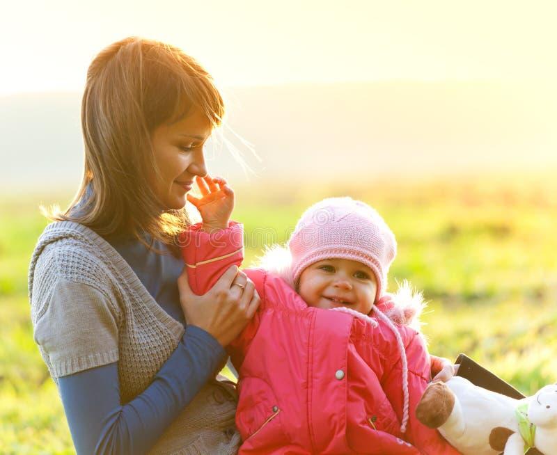 Madre feliz con la hija que disfruta de un día del otoño imagen de archivo libre de regalías