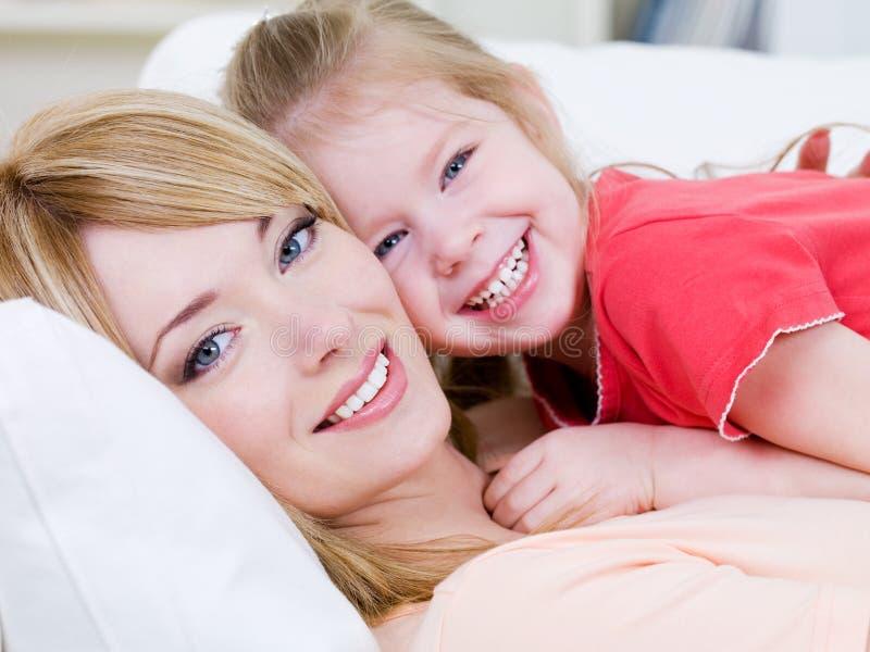 Madre feliz con la hija sonriente imagen de archivo libre de regalías