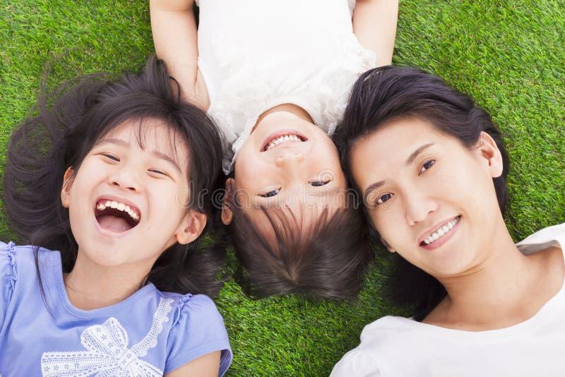 Madre feliz con las niñas imagen de archivo libre de regalías
