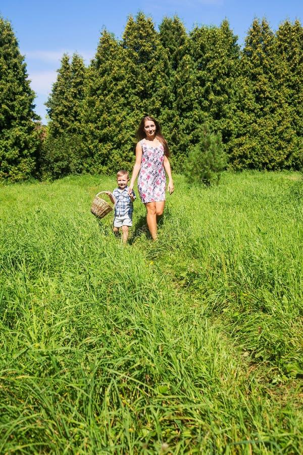 Madre feliz con un hijo joven de fuera fotos de archivo