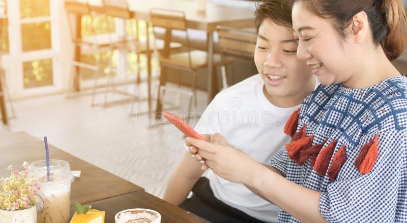 Madre feliz del momento con el hijo que habla junto fotografía de archivo libre de regalías