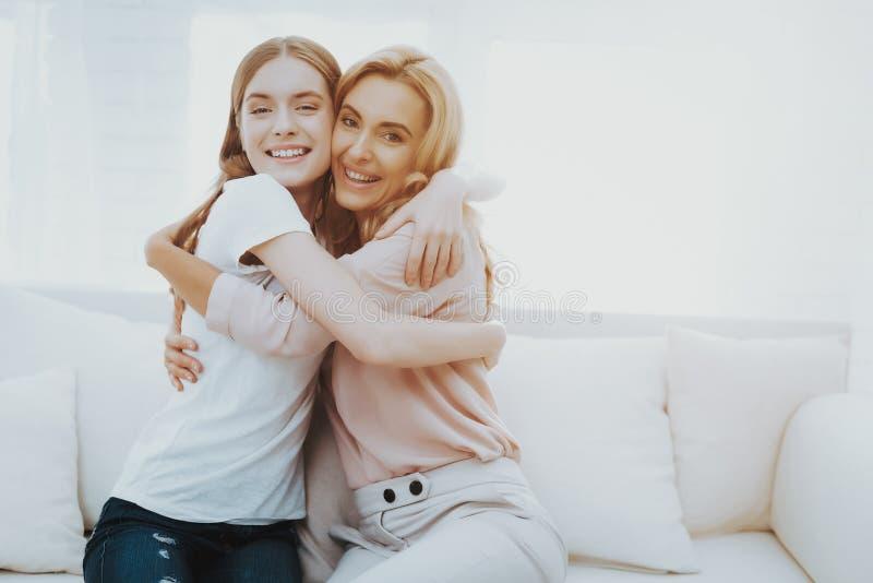Madre feliz e hija adolescente Embraceing imagen de archivo libre de regalías