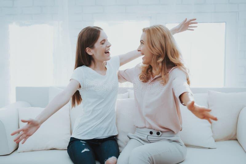 Madre feliz e hija adolescente Embraceing fotos de archivo libres de regalías