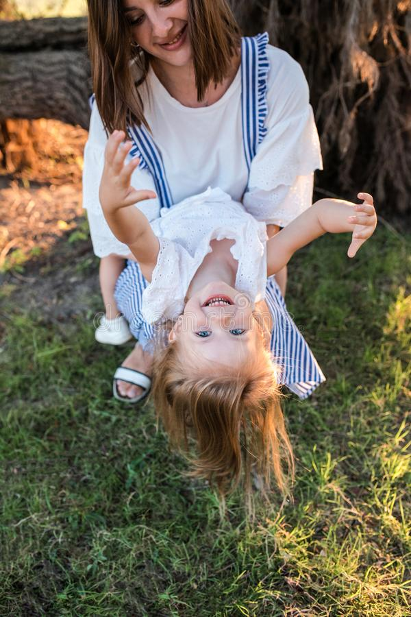 Madre feliz e hija que se divierten al aire libre fotografía de archivo libre de regalías