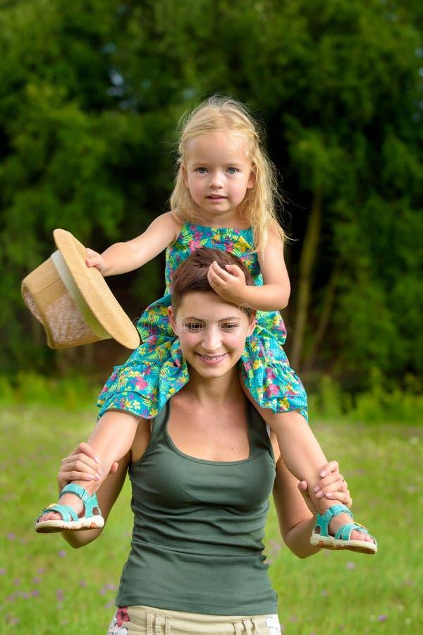 Madre feliz e hija que se divierten junto imagen de archivo libre de regalías