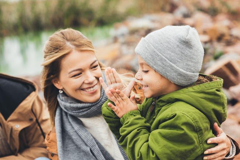 madre feliz e hijo jovenes que pasan el tiempo junto fotografía de archivo