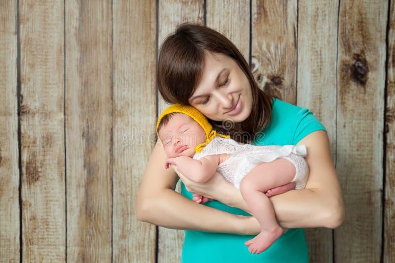 Madre feliz que abraza a su bebé recién nacido fotografía de archivo