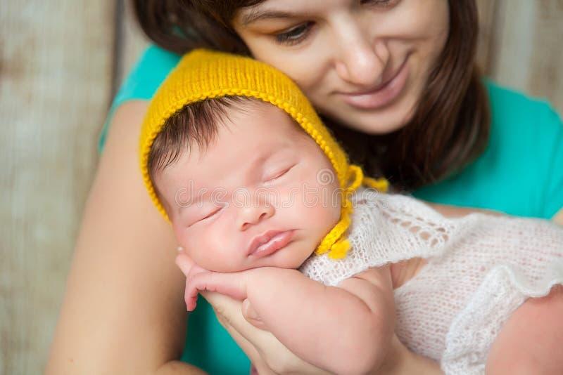 Madre feliz que abraza a su bebé recién nacido fotos de archivo libres de regalías