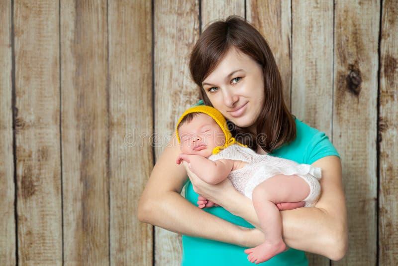 Madre feliz que abraza a su bebé recién nacido fotografía de archivo libre de regalías