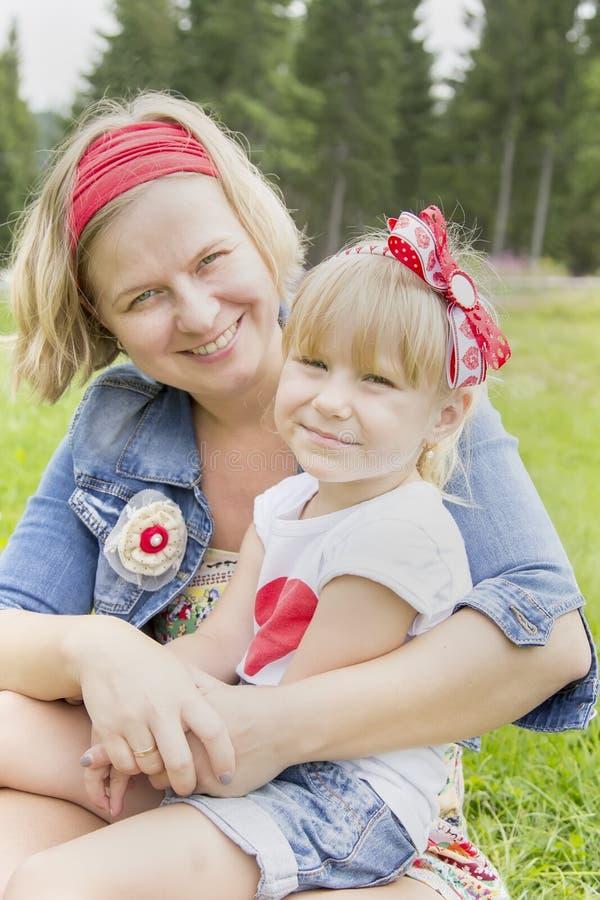 Madre feliz que abraza a su hija imágenes de archivo libres de regalías