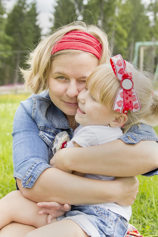 Madre feliz que abraza a su hija foto de archivo libre de regalías