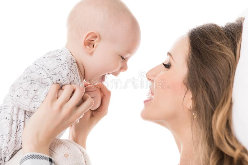 Madre feliz que abraza a su hijo adorable del bebé Familia feliz Retrato de la madre y del niño recién nacido fotos de archivo libres de regalías