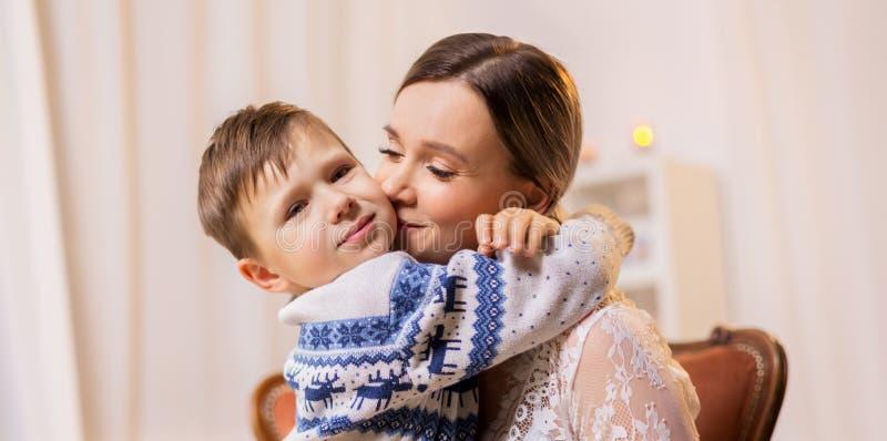 Madre feliz que abraza y que besa a su pequeño hijo fotografía de archivo libre de regalías