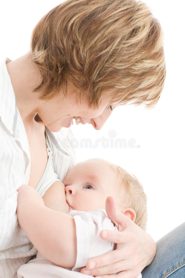Madre feliz que amamanta a su hijo foto de archivo libre de regalías