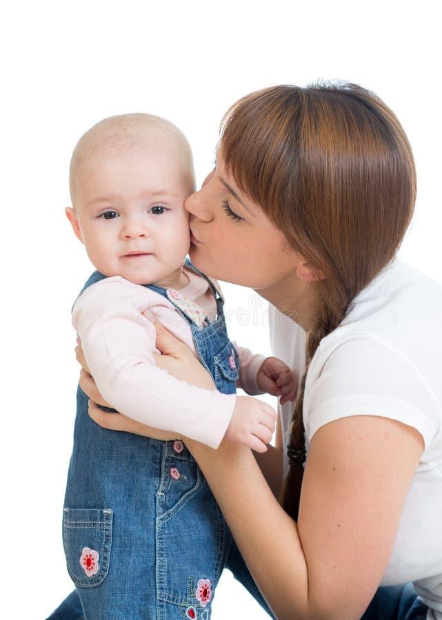 Madre feliz que besa a su bebé imágenes de archivo libres de regalías