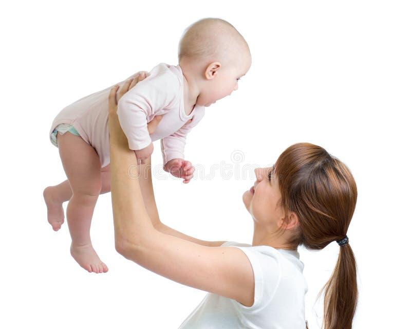 Madre feliz que celebra al bebé adorable aislado en blanco fotos de archivo libres de regalías