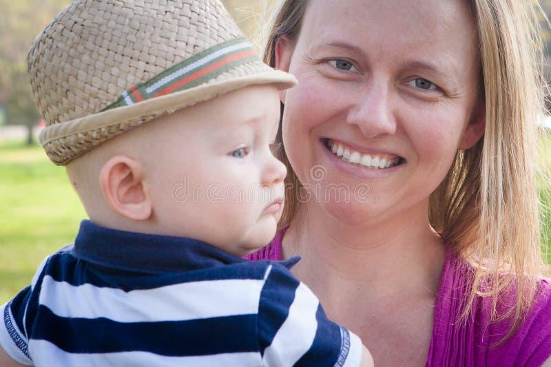 Madre feliz que celebra al hijo del bebé foto de archivo