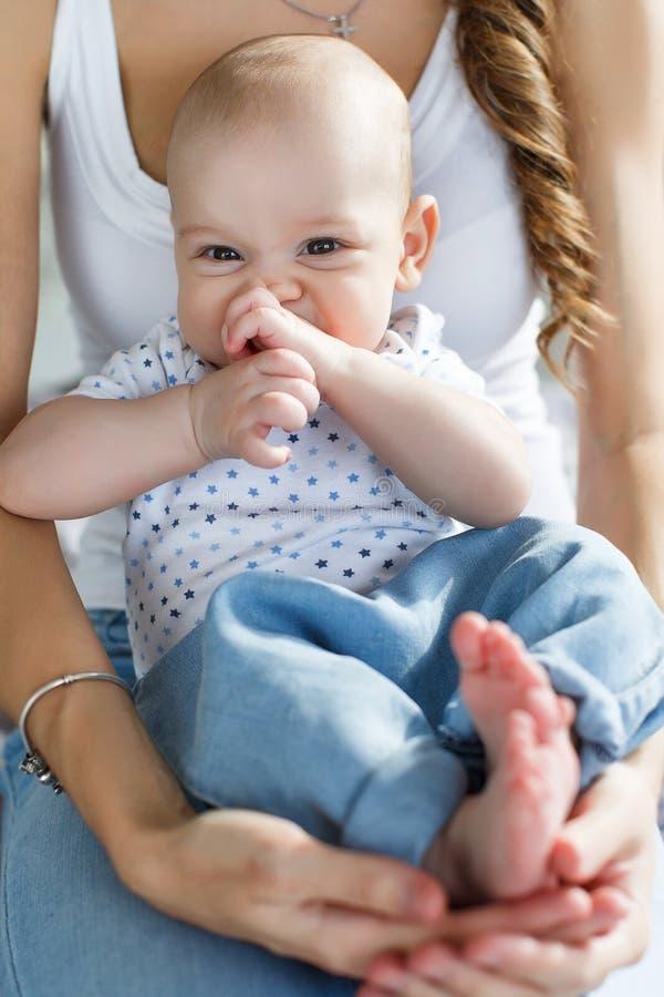 Madre feliz que celebra a un hijo recién nacido en sus brazos fotos de archivo libres de regalías