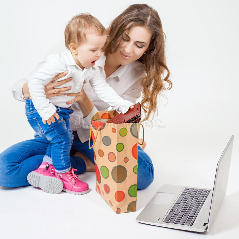 Madre feliz y bebé divertido que toman compras foto de archivo libre de regalías