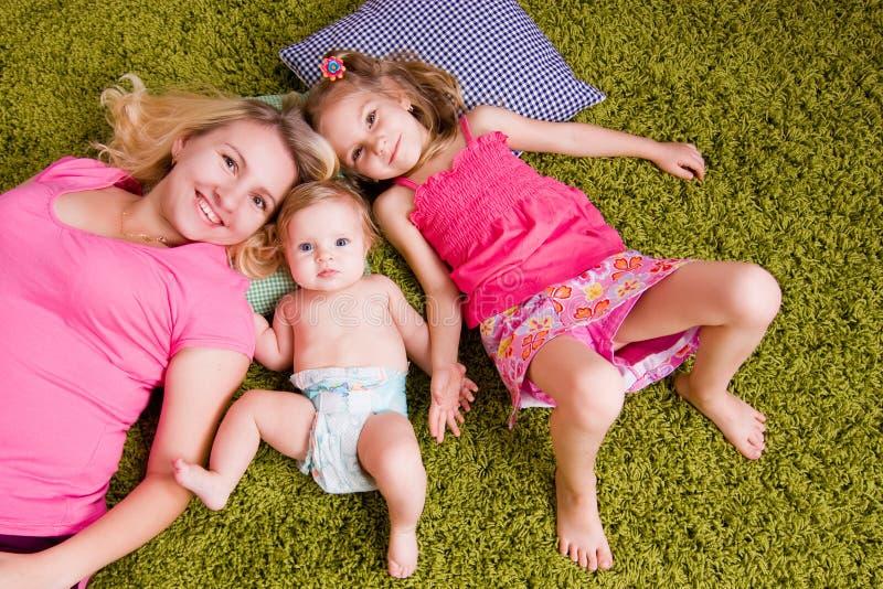 Madre feliz y dos niños imagen de archivo