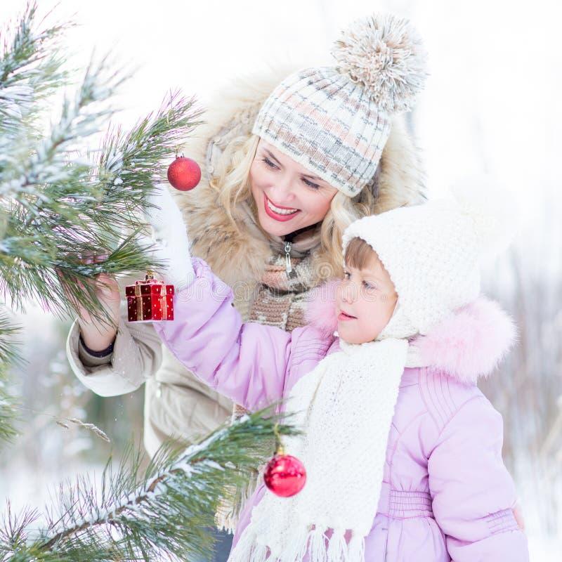 Madre feliz y niño que adornan el árbol de navidad fotos de archivo