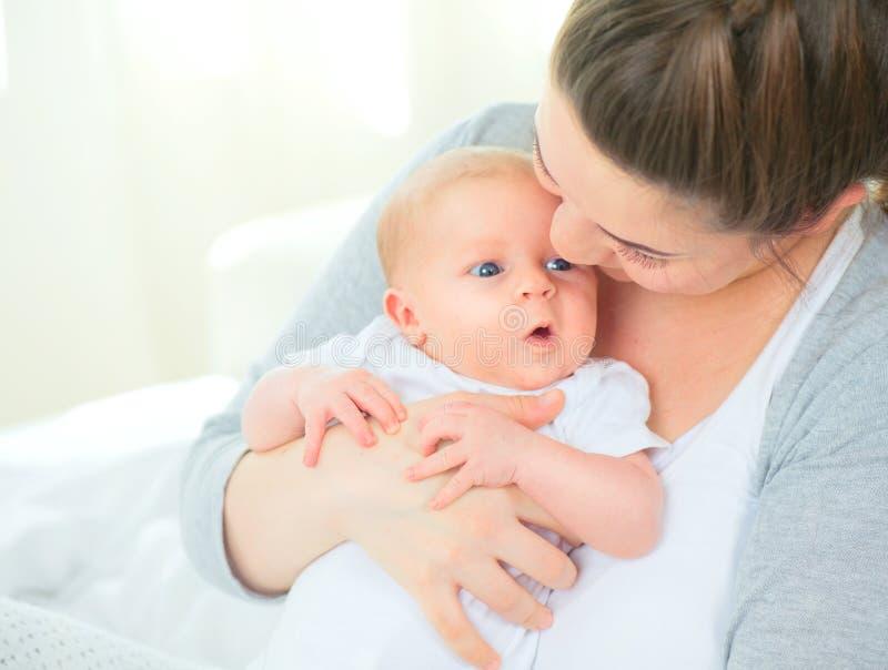Madre feliz y su bebé recién nacido fotos de archivo libres de regalías
