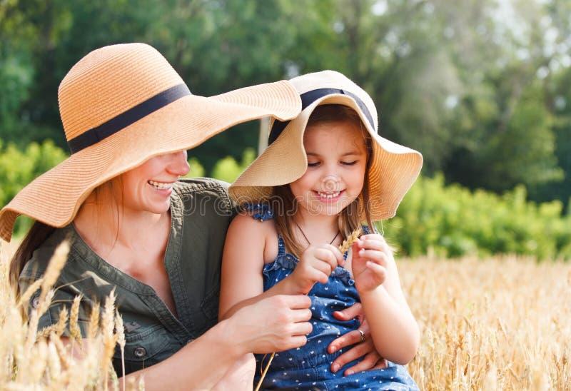 Madre feliz y su pequeña hija fotos de archivo