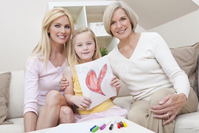 Madre, figlia, generazioni della nonna nel paese fotografia stock