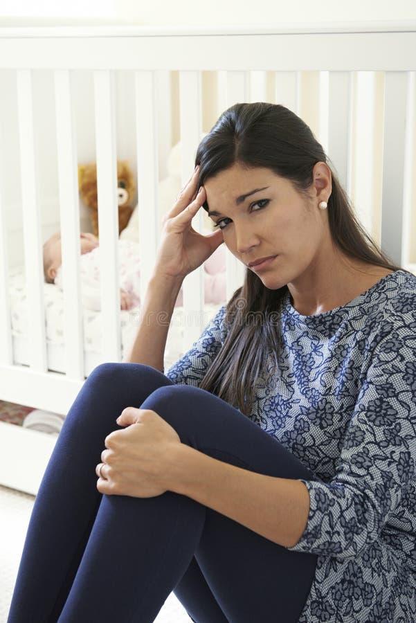 Madre frustrada que sufre de los posts Natal Depression fotos de archivo