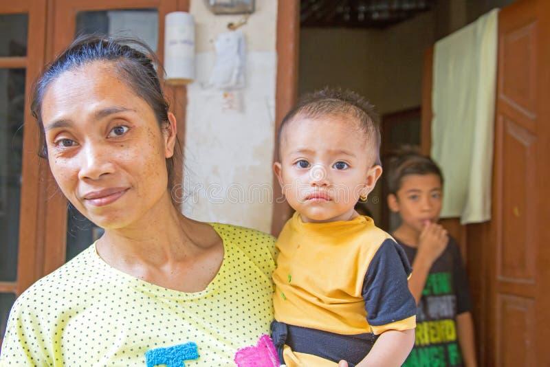 Madre in genere indonesiana con il suo piccolo bambino in Lombok, Indonesia fotografie stock