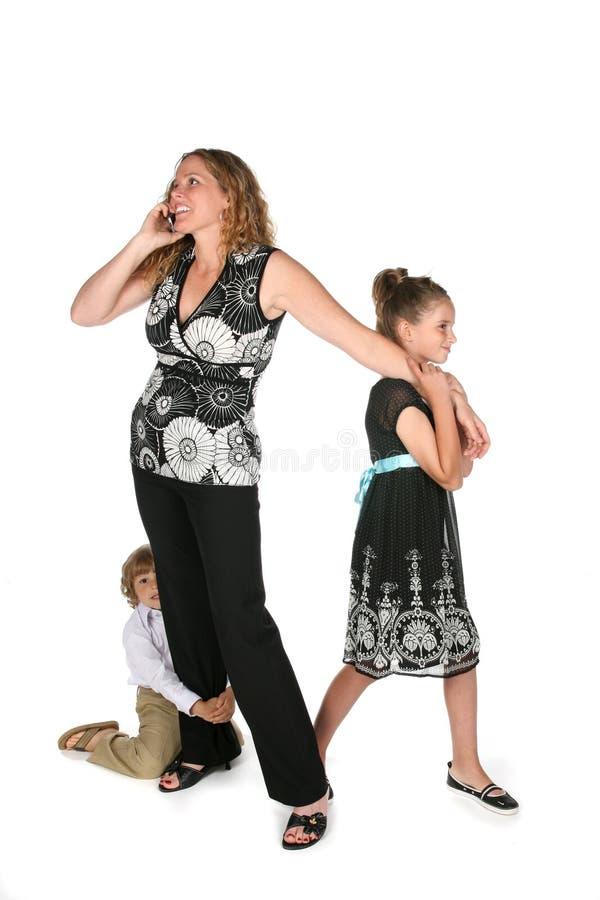 Madre Harried sul telefono fotografia stock libera da diritti
