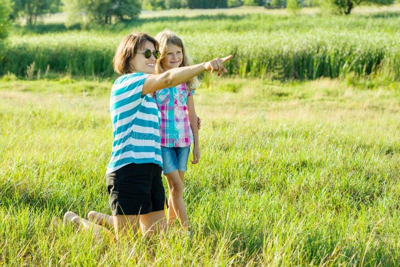 Madre hermosa al aire libre con el niño feliz de la hija foto de archivo libre de regalías