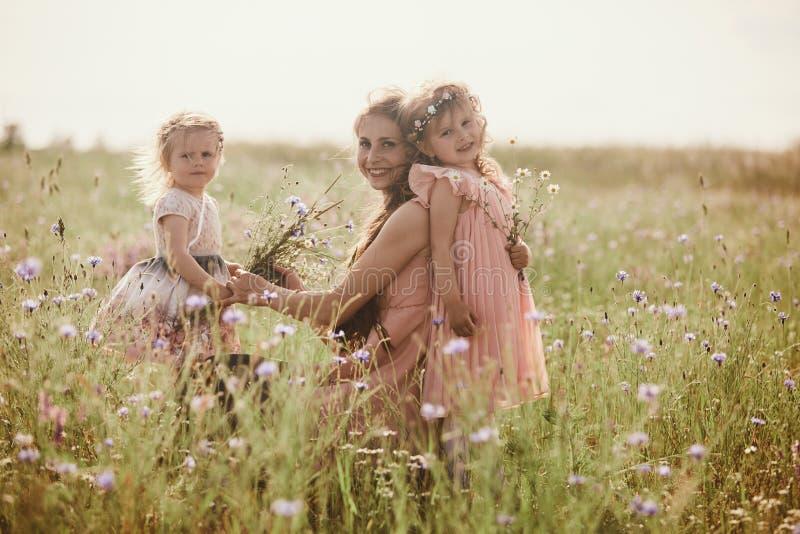 Madre hermosa y su peque?a hija al aire libre Naturaleza Retrato al aire libre de la familia feliz Alegr?a feliz del d?a del ` s  fotos de archivo libres de regalías