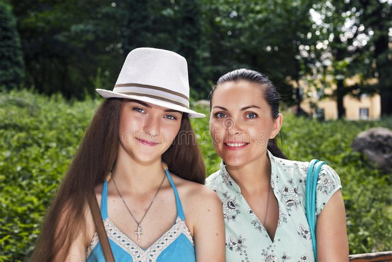 Madre, hija - adolescente, feliz, sonriendo, caminando, parque de la ciudad, imagenes de archivo