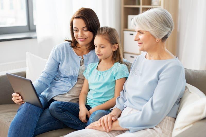 Madre, hija y abuela con PC de la tableta imágenes de archivo libres de regalías