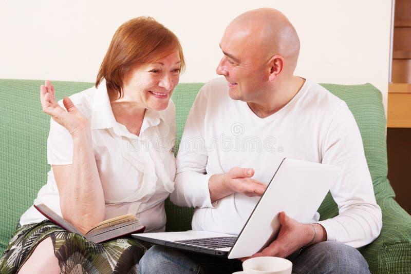 Madre, hijo y computadora portátil imagen de archivo libre de regalías